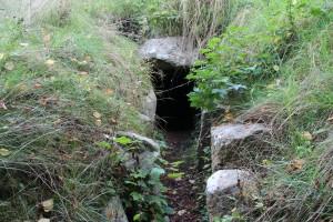"""Indgangen til Jættestuen """"Korshøj"""" i Ubby"""